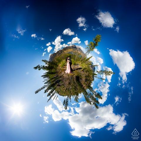Sapphire Point, Frisco Colorado, coppia, gode della vista panoramica a 360 gradi delle montagne in una limpida giornata del Colorado durante un servizio fotografico artistico