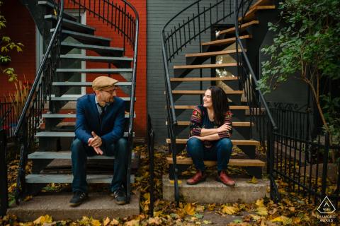 Montreal, Quebec, para siedzi na schodach na świeżym powietrzu podczas przedślubnej sesji zdjęciowej