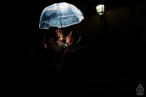 Jaén Pre-Wedding photo shoot at night in the rain under a clear umbrella