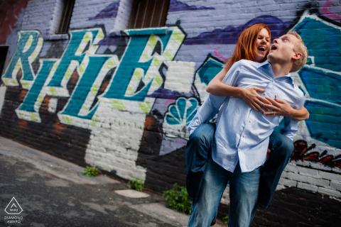 Calle de la ciudad de San Francisco Abrazo de espalda en la calle llena de arte para un retrato antes del matrimonio