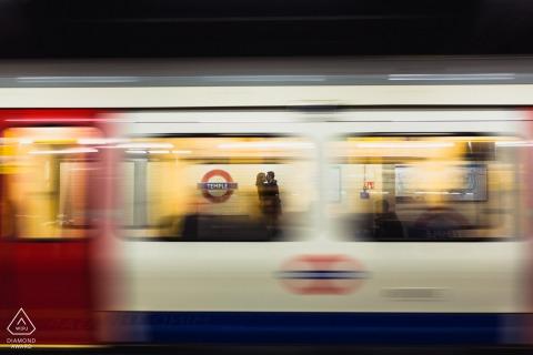 Pequena sessão fotográfica interna em Londres com o casal antes do dia do casamento com um metrô lento