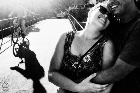 里约热内卢,巴西里约热内卢,一对夫妇在婚礼当天与骑自行车的人经过的迷你都市图片拍摄