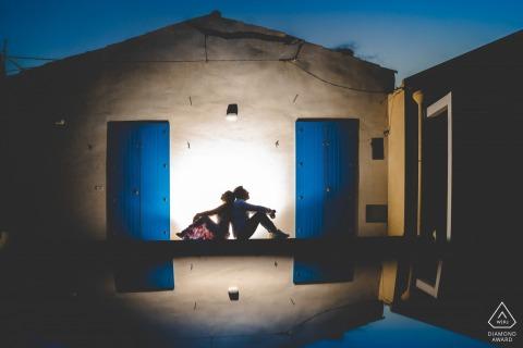 Portopalo di Capopassero mini-foto urbana antes do dia do casamento com uma única luz em uma pequena cidade à beira-mar