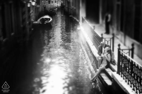 Venise, Italie mini-séance photo urbaine avant le jour du mariage d'un couple assis au bord d'un canal