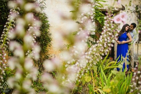 婚礼当天前,加利福尼亚州圣克鲁斯市传教区的迷你合影-夫妻在花园里