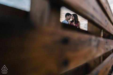 Puglia mini sesión de fotos de pareja enmarcada antes del día de la boda con un banco de madera