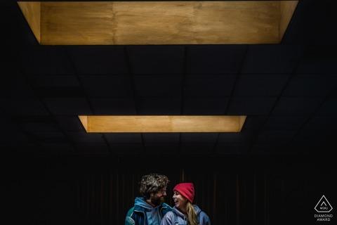 Hasselt kleine indoor fotosessie met het paar voor het trouwdagcentrum omlijst onder een betonnen dakraam