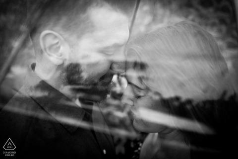 Florencia, Toscana, sesión de fotos en blanco y negro con la pareja besándose bajo el paraguas