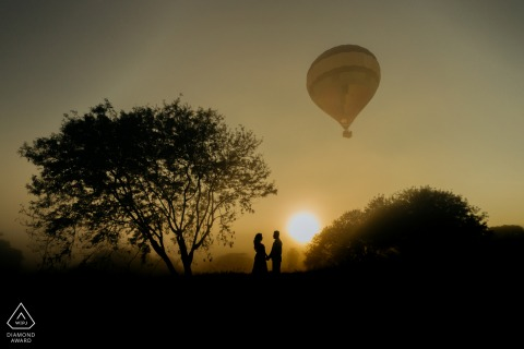 Boituva mini couple photo session before the wedding day with a solo hot air balloon taking flight behind them