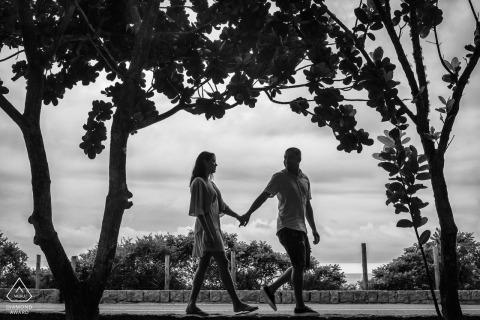 Prainha, Rio de Janeiro, Brésil à l'extérieur de la session photo de la forêt avant le jour du mariage tout en profitant du temps ensemble dans la nature