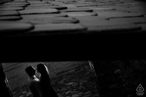 Ponferrada, España mini sesión fotográfica urbana antes del día de la boda en blanco y negro con retroiluminación bajo techo