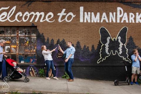 Little Five Points, retrato de una pareja urbana de Atlanta con un divertido duelo con paletas heladas en las calles