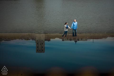 St Paul retrato de reflexión por el agua en MN con una pareja caminando cerca del agua en la ciudad