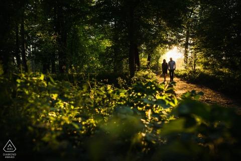 Retrato de pareja de París en la naturaleza con una cueva de entramado natural en los árboles