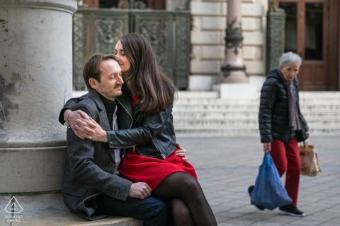 Retrato de pareja urbana de París con un transeúnte en las calles de la ciudad