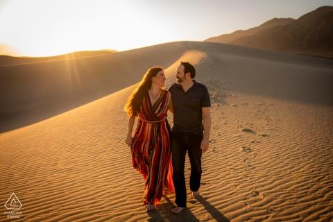 Death Valley Valley National Park désert portrait de couple dans les dunes de sable