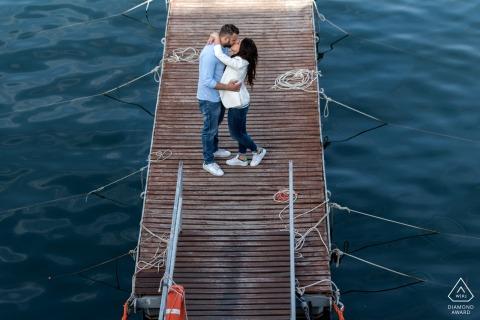 Sesión de pareja junto al mar en Nápoles, abrazados en un muelle