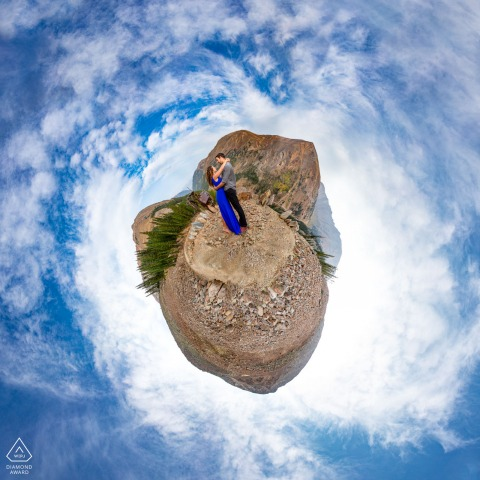 Keystone, servizio fotografico di coppia creativa in Colorado, i due si godono la vista a 360 gradi sulle montagne durante la loro sessione di fidanzamento in Colorado