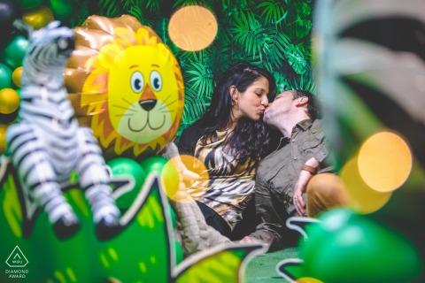 Floridia divertida sessão de retratos de casal em uma cena de selva