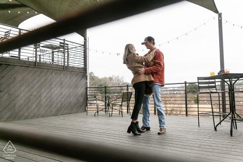 Orpheus Brewing Atlanta patio retrato de pareja tomada justo después de la propuesta