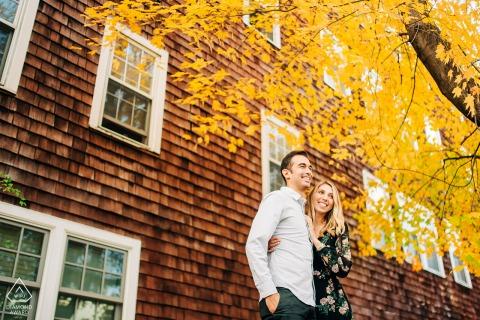 Wilmington, VT sesión de fotos de compromiso de pareja de una pareja disfrutando de un glorioso día de otoño en Vermont