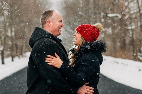 Imagen previa al matrimonio de North Bennington que muestra a la pareja después de la primera nevada de la temporada.