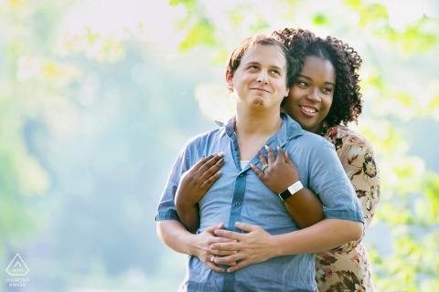 Pine Lake, GA sesión de fotos de pareja comprometida con un abrazo por detrás