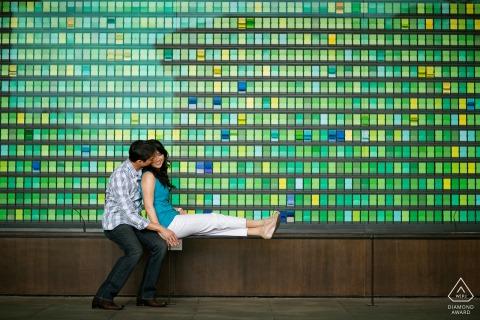 Sesión de fotos de pareja comprometida de California en la Universidad de Stanford en el edificio empresarial