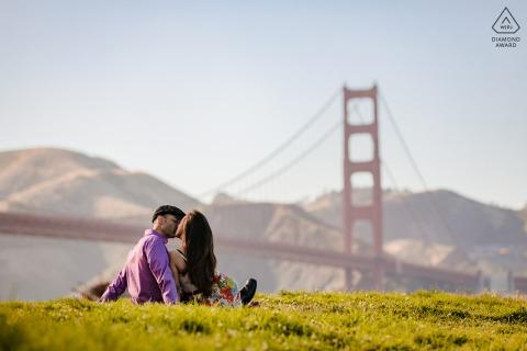 Sesión de fotos de compromiso de pareja de San Francisco en Crissy Field con una vista del Puente Golden Gate