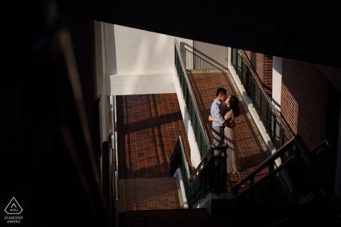 Séance photo de fiançailles d'un couple à Hong Kong avec un tendre baiser tiré d'en haut à l'intérieur