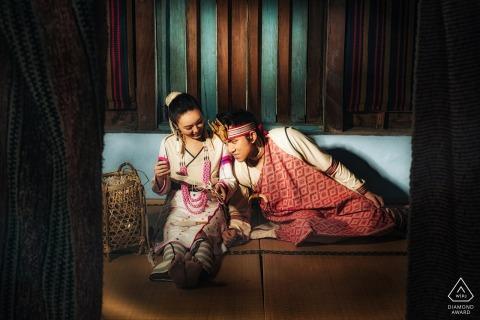 Taiwan Paar vorehelich Porträt drinnen mit traditioneller Kleidung