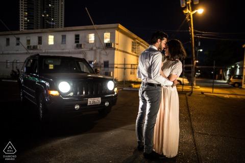 Retrato previo al matrimonio de Las Vegas con una pareja en el casco antiguo de Las Vegas por la noche con luces de calle y de coche