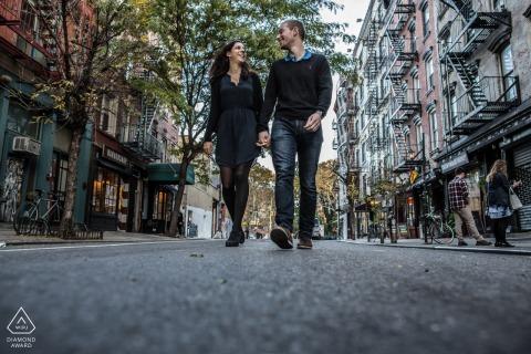 Imagen previa al matrimonio de Nueva York con dos amantes caminando por las calles de Nueva York
