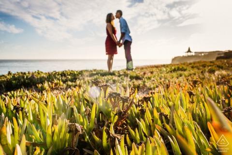 Sesión de fotos de pareja comprometida de Santa Cruz con Un beso junto al mar