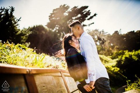 SF retrato de pareja antes del matrimonio con un beso junto a las ruinas del baño de sutra