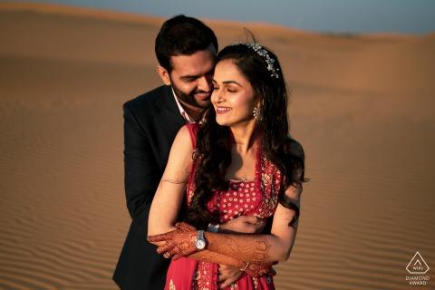 Jaisalmer verloofde een paar fotosessie in India in de warme woestijnzandduinen
