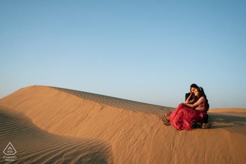 Jaisalmer paar pre-wed portret in India bij zonsondergang op de woestijnduinen van zand