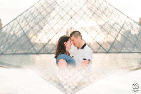 Retrato previo a la boda en París con fotografía de prisma de una pareja abrazándose