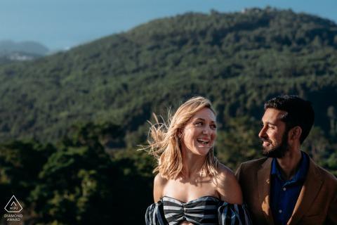 Séance photo engagée à Sintra avec un couple profitant du coucher de soleil au sommet de la colline