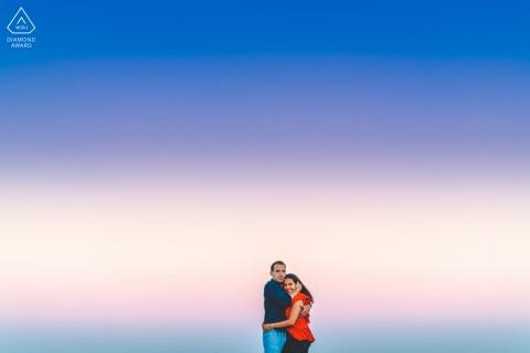 Caxias Beach portrait pré-mariage à Lisbonne pour un couple avec les couleurs magiques du ciel en arrière-plan