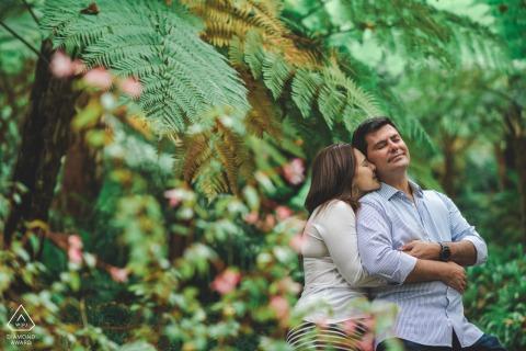 Séance photo de fiançailles à Sintra avec un couple au milieu des plantes tropicales du palais de Monserrate
