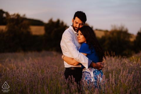 Séance de photo d'engagement de couple d'Ancône dans l'après-midi au soleil chaud près de la montagne Conero