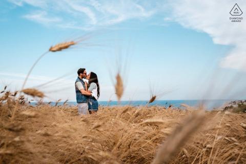 Numana couple engagement séance photo lors d'une promenade dans le domaine de la ferme rurale