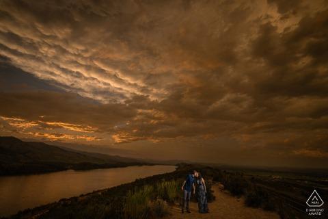 Fort Collins Paar Verlobungsbild-Sitzung während eines dramatischen Sonnenuntergangs mit goldenen Wolken