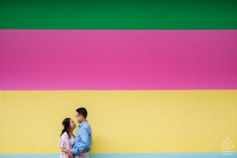 Houston, TX Fine Art Portrait de mariage avant contre un mur coloré peint audacieusement dans la ville