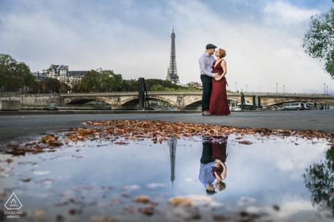 Sesión de fotos previa a la boda de París en un estilo de bellas artes cerca de la Torre Eiffel con un reflejo de charco