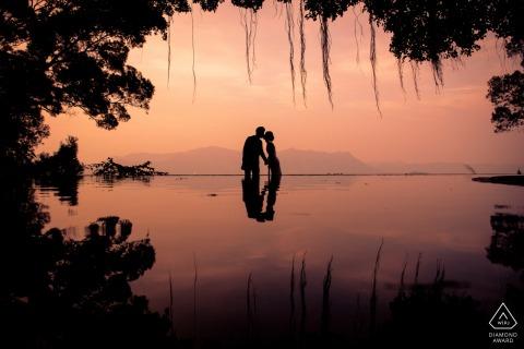 Hong Kong Fine Art Pre Wedding Portrait au coucher du soleil au bord de l'eau avec un baiser