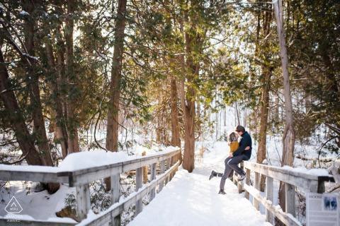 Newmarket Artful Engagement Foto in Ontario voor een koud stel op een besneeuwde brug in de winter