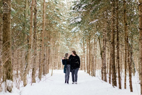 Newmarket, Ontario Fine Art Engagement Afbeelding met een winterse wandeling over het met sneeuw bedekte pad