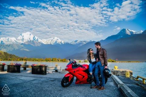 Banff Pre Wedding Photoshoot in een Fine Art Style met een stel aan het water en tussen de favorieten